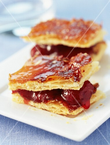 Puff pastry with strawberries and apricots à la Millefeuille