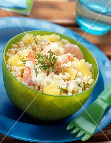 Wheat salad with prawns, pineapple and dill