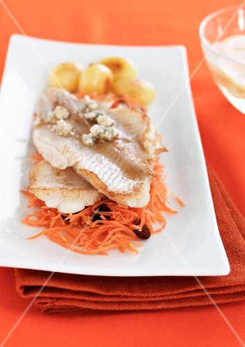 Cod with Roquefort cheese, grated carrots and raisins