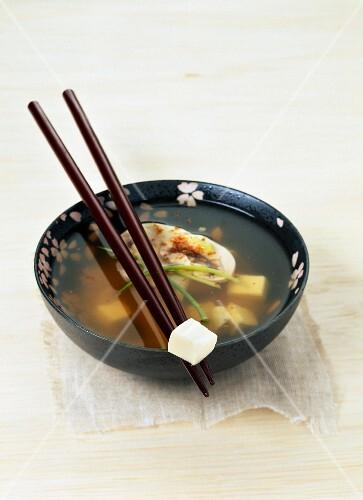 Misosuppe mit Stäbchen