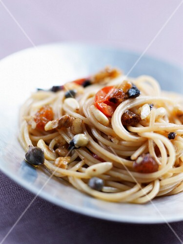 Spaghettis with dried fruit and cherry tomatoes