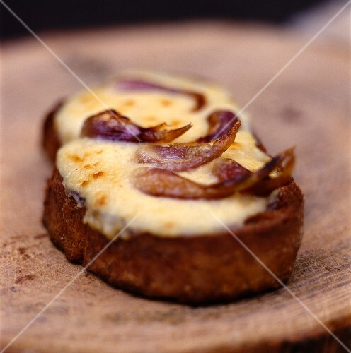 Tartine with raclette cheese and shallots