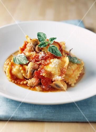 Raviolis with mushrooms and tomato sauce