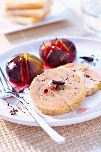 Foie gras with cocoa, figs roasted with honey and balsmic vinaigar