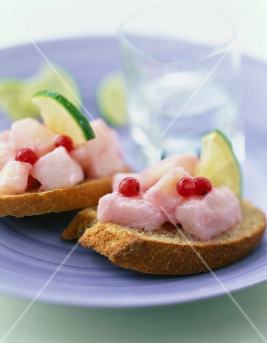 Cod marinated with lime and redcurrants on sliced bread