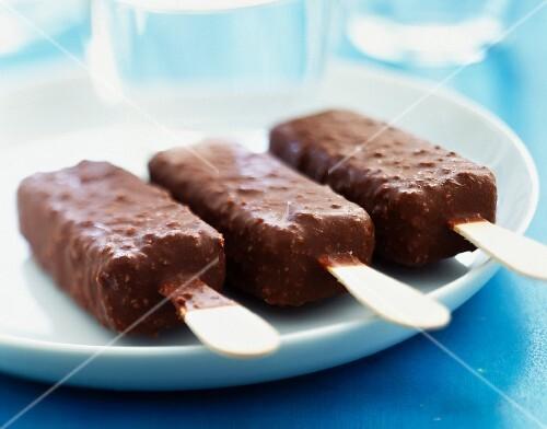 Milk chocolate ice cream lollipops