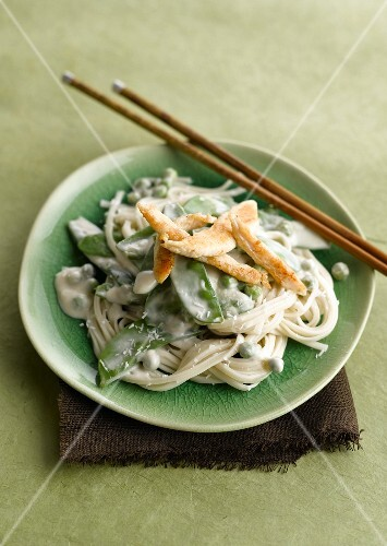 Noodles with sugar peas, chicken and coconut