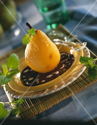 Steam-cooked pear with chocolate sauce