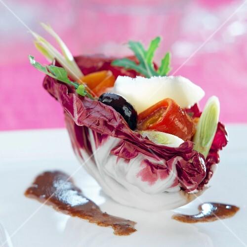 tomatensalat mit oliven im chicoreeblatt bild kaufen 60161413 stockfood. Black Bedroom Furniture Sets. Home Design Ideas