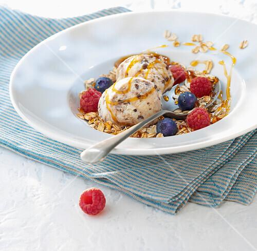 Stracciatella ice cream with oats and summerfruit