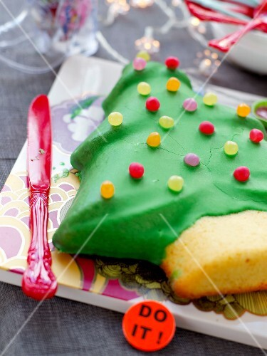 Christmas tree-shaped cake decorated with Dragibus