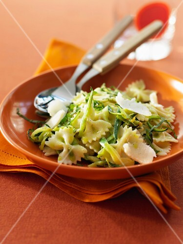 Farfalles with grated zucchinis