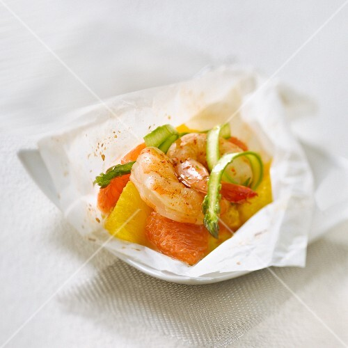 Gambas, citrus fruit, asparagus and Espelette pepper cooked in wax paper