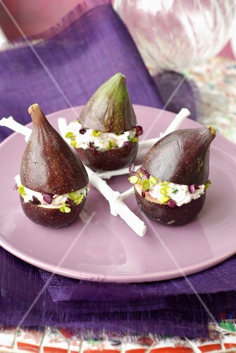 Figs stuffed with fresh goat's cheese and beetroot sprouts