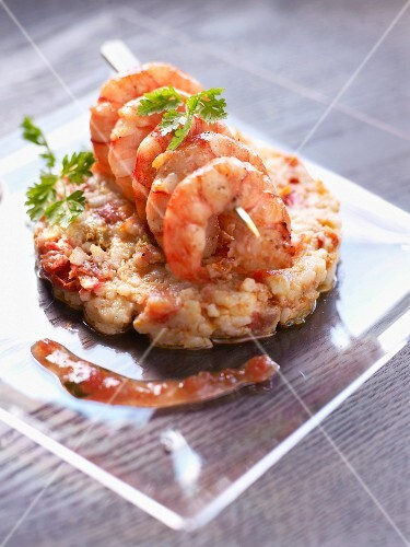 Gambas brochette and mashed potatoes mixed with confit tomatoes