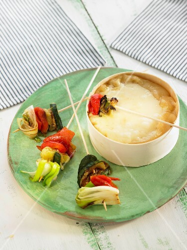 vacherin fondue mit gem sespiesschen bild kaufen 60186411 stockfood. Black Bedroom Furniture Sets. Home Design Ideas