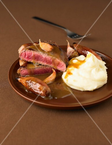 Sirloin steak with shallots and homemade mashed potatoes
