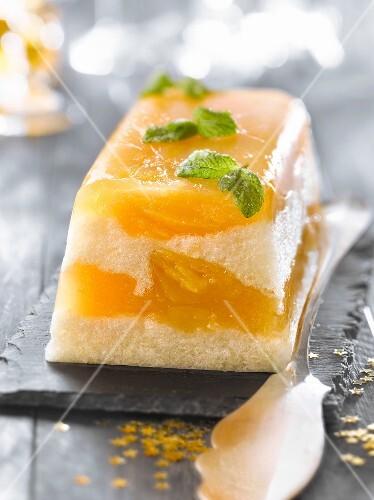Light apple-pear log cake