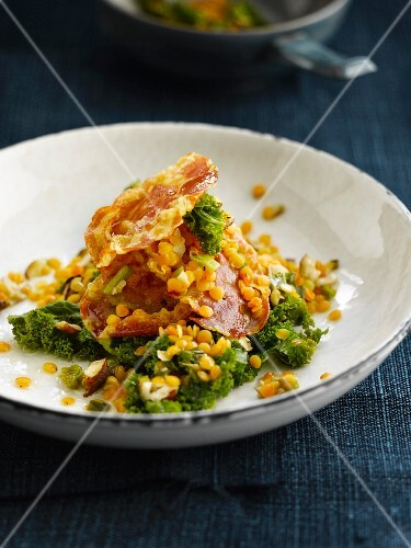 Green cabbage with lentils and fried bacon
