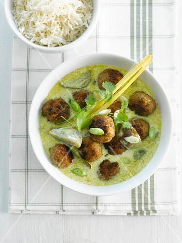 Green curry with meatballs