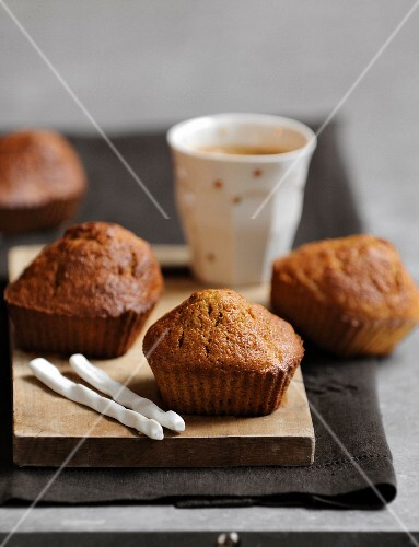 Mini carrot cakes with coffee