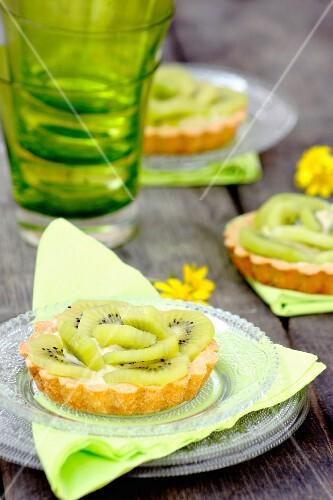Vanilla tartlets with kiwi