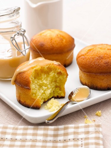 Small sponge cakes coated with milk jam