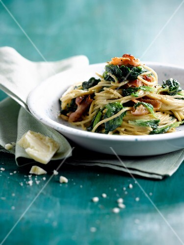Spaghettis with dandelions and smoked bacon