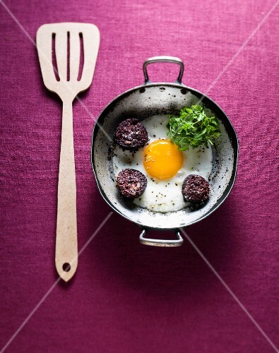 Fried egg with blood sausage