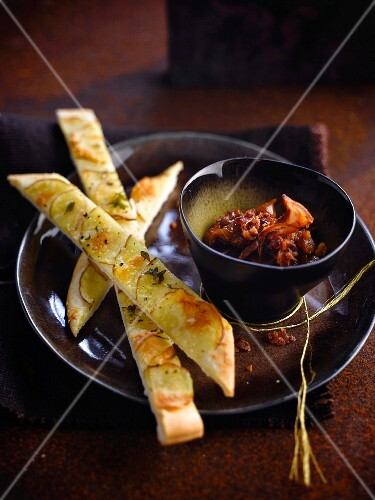 Bread stick-style potato pizza,bacon chutney