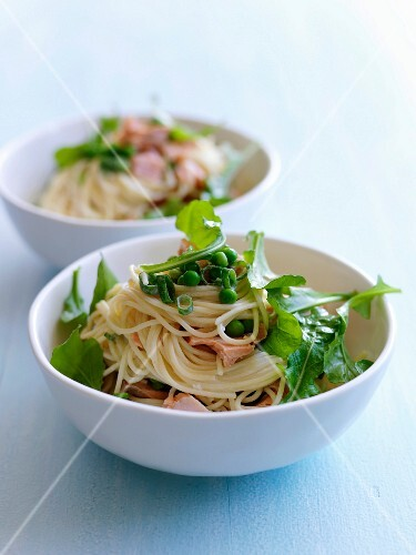 Spaghettis with smoked turkey ,dandelions and peas