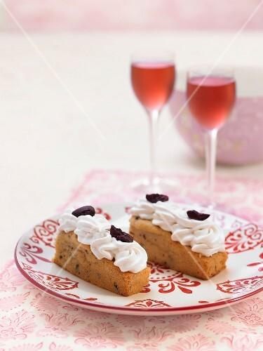 Vanilla-chocolate mini plum cakes