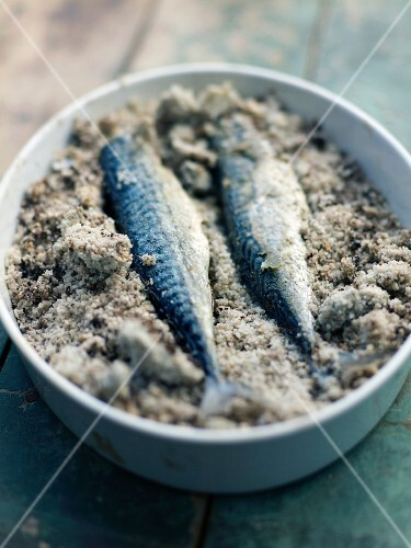 Mackerels stuffed with ginger and citronella in salt crust