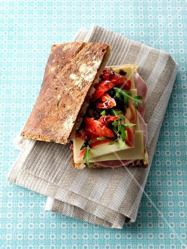 sandwich mit schinken k se getrockneten tomaten und apfel bild kaufen 60218211 stockfood. Black Bedroom Furniture Sets. Home Design Ideas