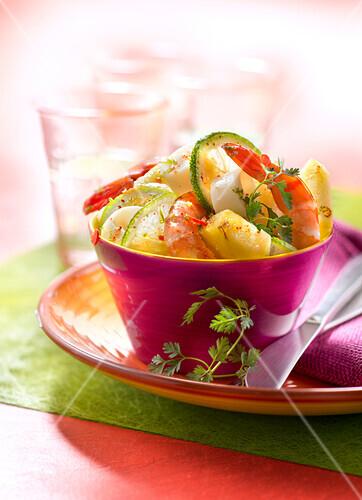 Exotischer Salat mit Garnelen, Ananas und Limettenscheiben