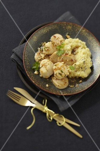 White sausage with scallops in almond sauce,truffle-flavored mashed potatoes