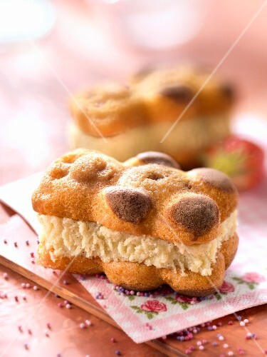 Little chilled bear-shaped log cakes