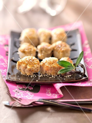 Vanilla-flavored chicken ball brochettes coated in sesame seeds