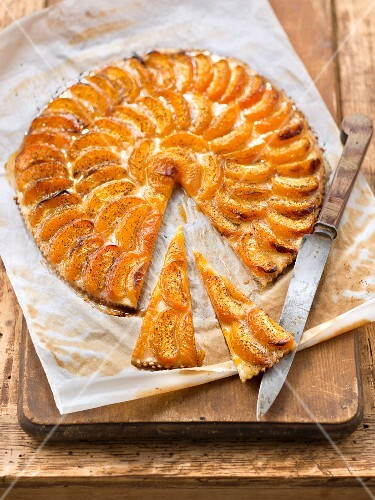 Vanilla-flavored apricot thin tart