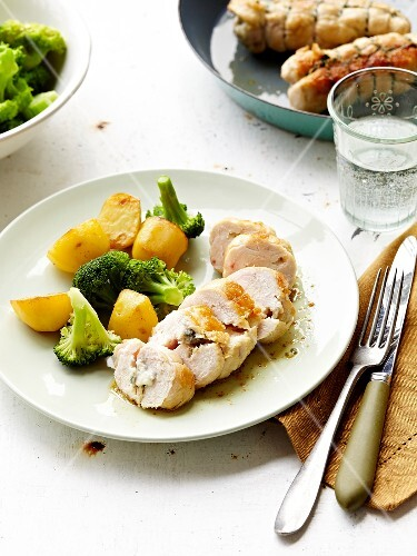 Small turkey-gorgonzola roast with broccolis and potatoes