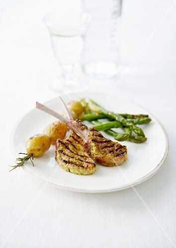 Grilled lamb chops in curry crust, potato rosemary brochette and green asparagus