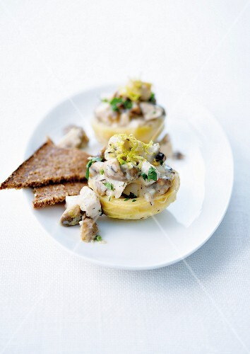 Artichoke bases garnished with mushrooms and chicken with creamy sauce
