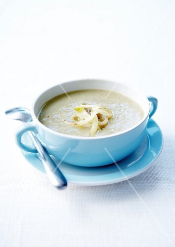 Cream soup of chicory and roquefort cheese