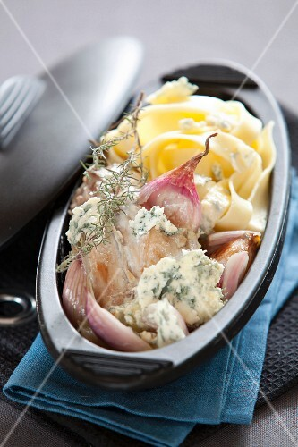 Rabbit with blue cheese, red shallots and tagliatelles