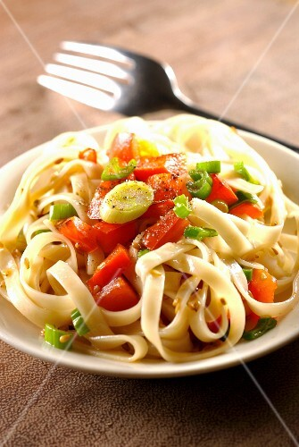Noodles with red peppers, sesame seeds and citronella