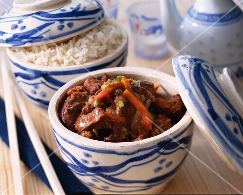 Pork sauteed with caramel, steamed white rice