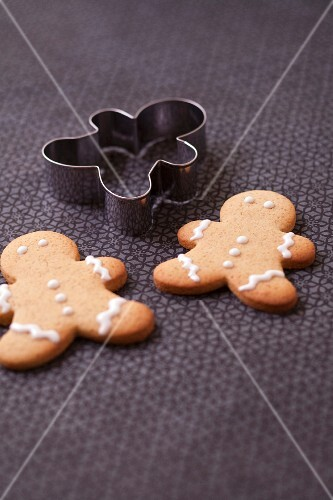 Gingerbread men and biscuit cutter