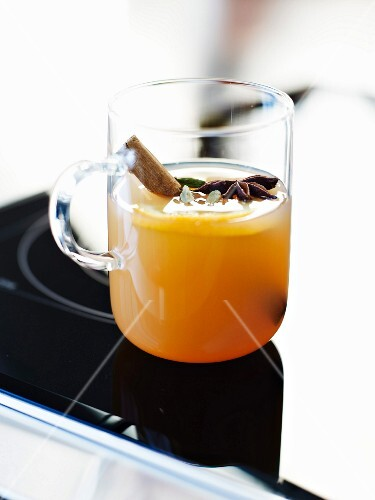 Spicy apple juice toddy