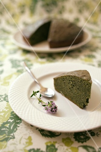 Vanilla-flavored sweet spinach cake