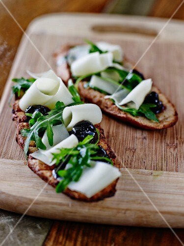 Rocket, Brebis sheep's cheese and black olives on grilled bread